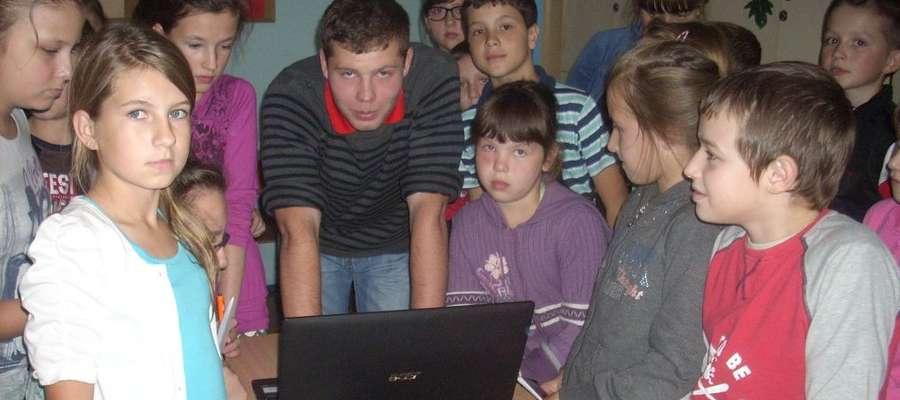 Paweł Włodarski na spotkaniu z uczniami podstawówki