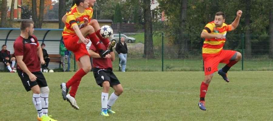 Pierwszy z prawej Tomasz Urbański - strzelec gola na wagę remisu
