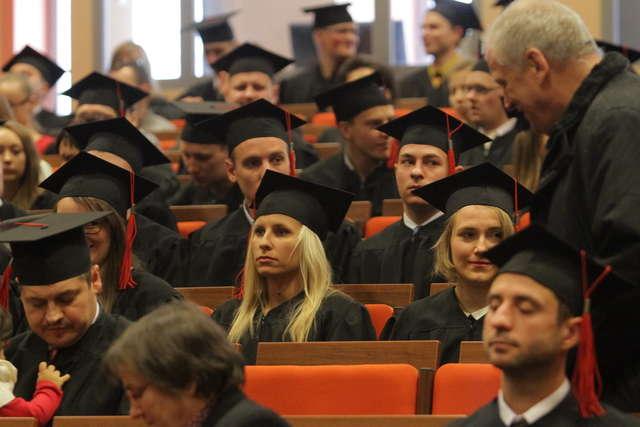 Absolwenci Wydziału Nauk Technicznych na UWM odebrali dyplomy - full image