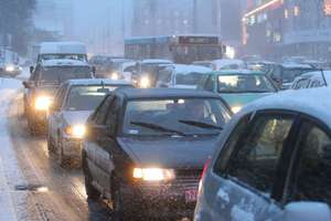 Drogowcy walczą z zimą. Kierowcy sobie nie radzą