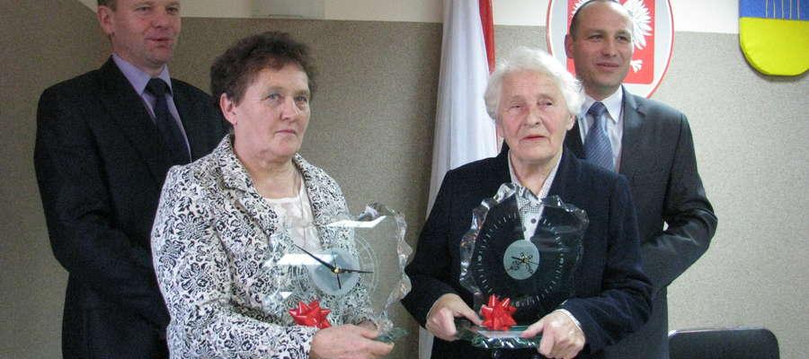 Regina Długołęcka i Zenobia Olkowska odebrały prezenty na sesji rady gminy