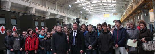 Uczniowie karniewskiego gimnazjum podczas zwiedzania makowskiej fabryki