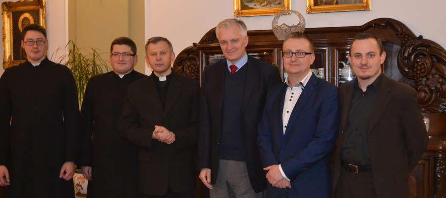 Makowscy księża, wiceprzewodniczący rady miejskiej Rafał Barański (drugi z prawej) oraz Jarosław Gowin