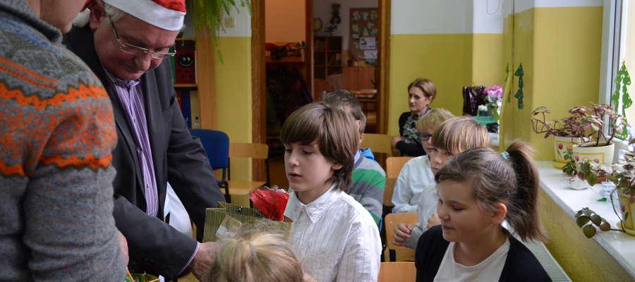 Pastor Franciszek Tegler obdarował dzieci z Krutyni słodkimi prezentami