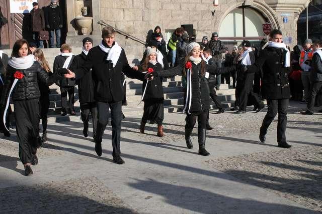 Zatańczyli poloneza pod ratuszem. Zobacz zdjęcia! - full image