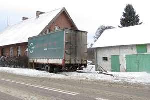 W Nartach ciężarówka wjechała w dom! Uwaga ślisko