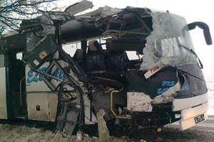 Autobus Elbląg-Poznań uderzyłw drzewo. 11 osób rannych