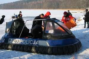 Chłopiec wpadł do jeziora, mężczyźni spacerowali po kruchym lodzie. Policjanci apelują o rozsądek!