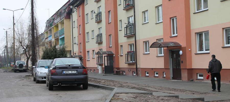 Niekiedy przy bloku można swobodnie zaparkować, ale w godzinach szczytu wszystkie miejsca są zajęte