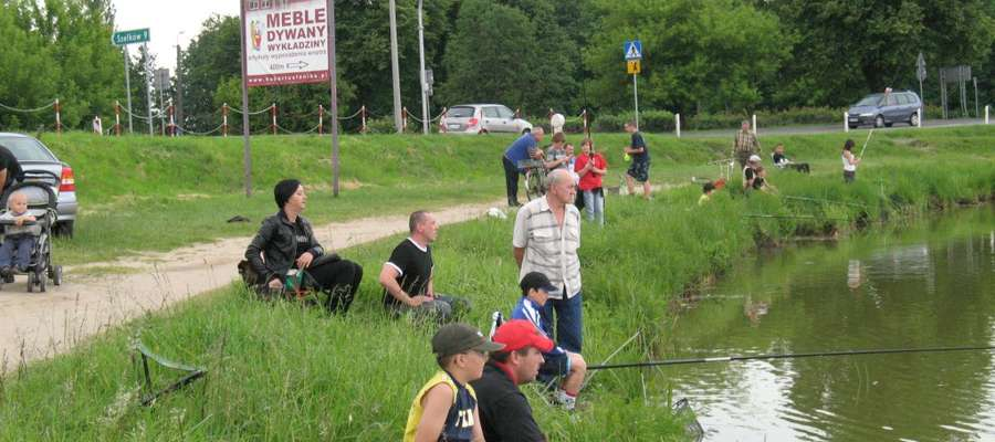 Nad zalewem można łowić z brzegu, ale ze środków pływających - już nie