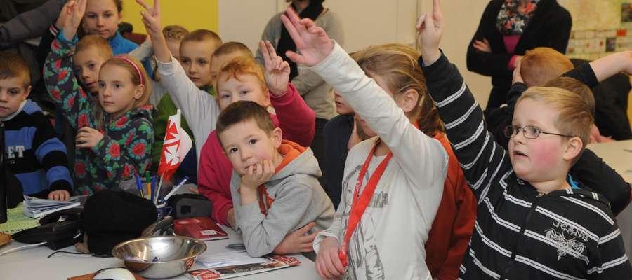 Dzieci z półzimowiska w redakcji Dziennika Elbląskiego