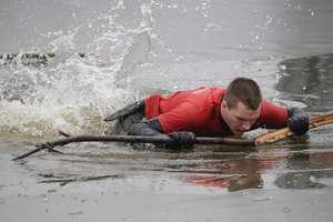 Wypadek na jeziorze Domowym Dużym. Cienki lód załamał się pod 16-latkiem