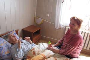 Przywieźli chorą do domu półnagą w pampersie