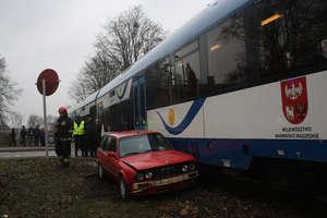 Kolizja na torach kolejowych. Auto wjechało pod szynobus.