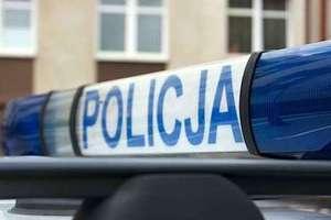 Pijany 29-latek zabrał samochód ojca i uderzył w drzewo