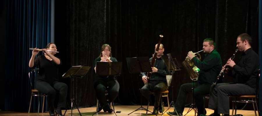 Muzucy zaprezentowali publiczności pięć instrumentów dętych