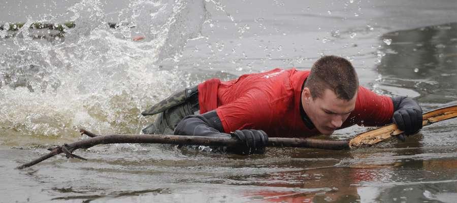 Ratownicy uświadamiają, jak ratować osoby, które znalazły się pod lodem