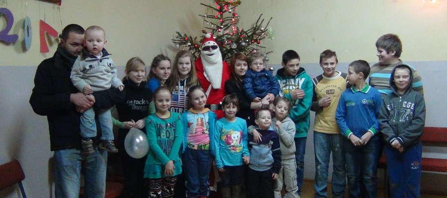 Bawili się ze świętym Mikołajem na zabawie w świetlicy w Sułowie.