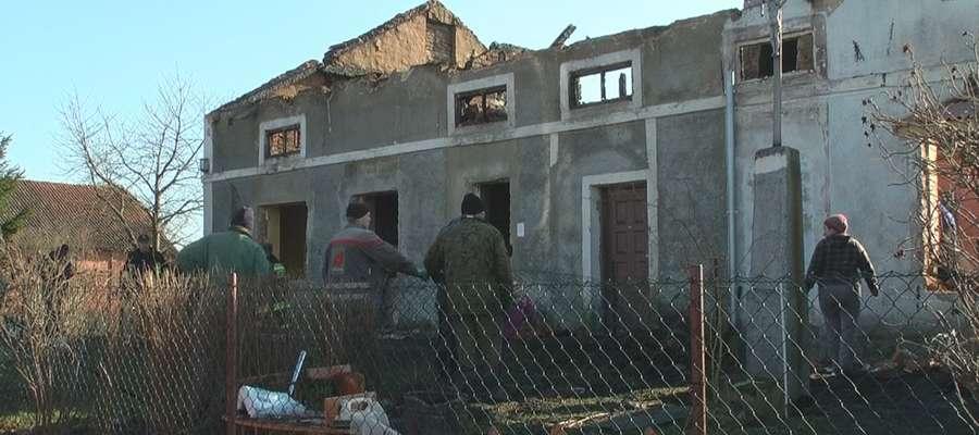 Elementy konstrukcyjne przepaliły się, tak że zawalił się on do środka budynku