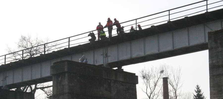 Mężczyzna groził, że popełni samobójstwo rzucając się z mostu.