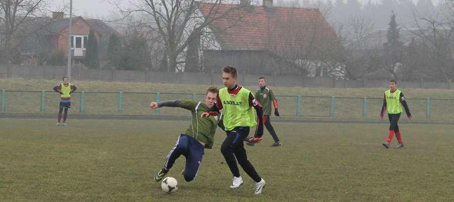 Bartłomiej Pichała przy próbie odbioru piłki