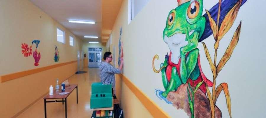 Na ścianach korytarza znalazły się przepiękne rysunki Doroty Gellner