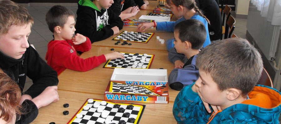 Turniej warcabowy rozegrano w dwóch kategoriach wiekowych