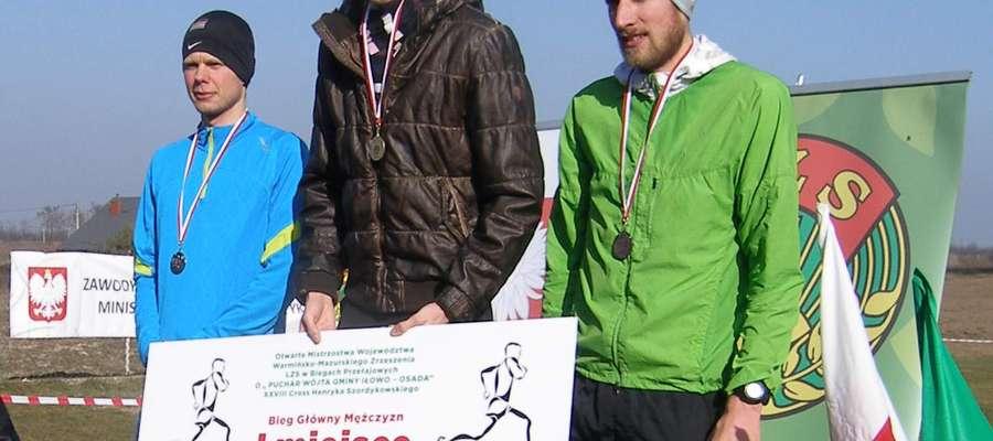 Trzech pierwszych zawodników w biegu głównym