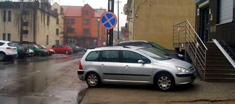 Przy Wspólnej. - Takie parkowanie, przez które blokowany jest ewidentnie chodnik, nie może być tolerowane - mówi nam komendant płońskiej Straży Miejskiej