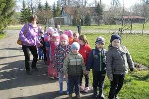 Dzieci na wycieczce w Glebiskach