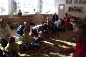 Przedszkolaki i rodzicie uczyli się udzielać pierwszej pomocy