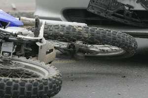 Na DK 51 samochód zderzył się z motocyklem. Uwaga na utrudnienia!