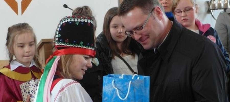Wójt Paweł Ruszczyński wręczał upominki