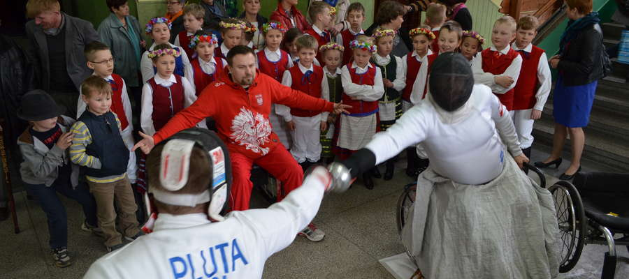 """Podczas tegorocznego finału """"Być dla Innych"""" odbyły się pokazy szermierskie w wykonaniu paraolimpijczyków"""