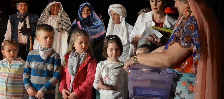 """W Mrągowie odbyła się po raz kolejny akcja Cała Polska Czyta Dzieciom. Artyści z MOPS wystawili sztukę """"Podróż dookoła świata"""" i zorganizowali tematyczny konkurs w którym nagrodami były książki"""