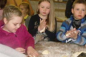 Przedszkolaki w piekarni