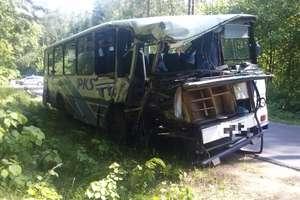 Autobus uderzył w drzewo. Ranne trzy kobiety i dziecko. Zdjęcia