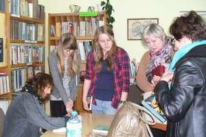 Spotkanie autorskie z Barbarą Kosmowską w Gminnej Bibliotece Publicznej w Iłowie-Osadzie