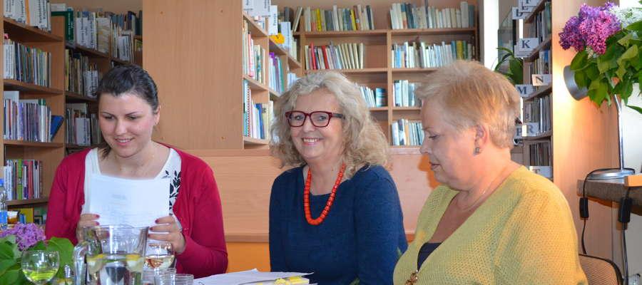 Dominika Bladosz (z lewej) poprowadziła wieczór poetycki Hanny Szymborskiej (w środku). Wiersze poetki czytała m. in. Barbara Panek-Strzałkowska (z prawej)