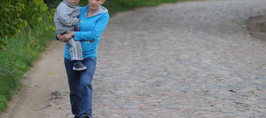 Anna Buler nosi chorego na wodogłowie synka na rehabilitację z Liszek do Pasłęka