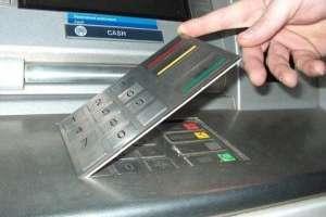 Kopiują karty i pin. Uważaj na nakładki w bankomatach