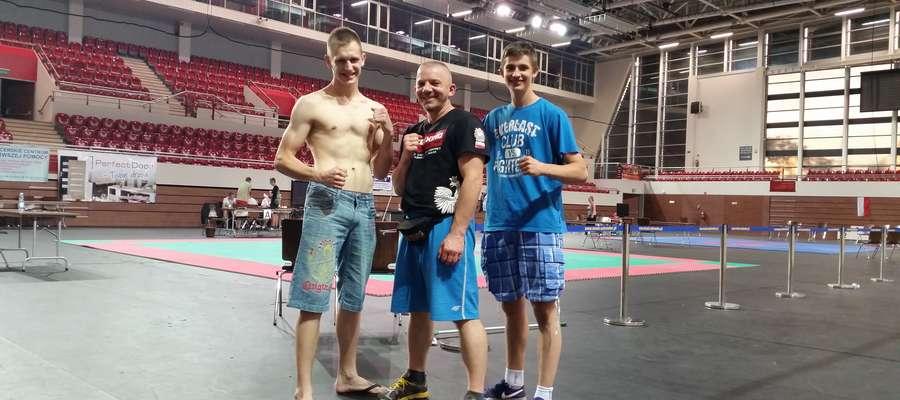 Zawodnicy z trenerem (w środku)