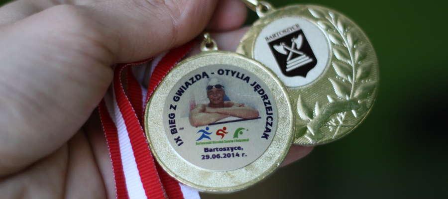 """Takie medale czekają na uczestników tegorocznego """"Biegu z gwiazdą"""" w Bartoszycach"""