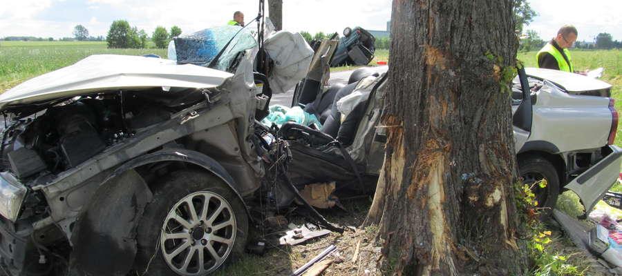 W wypadku ranne zostały cztery osoby. Kierujący volvo w stanie ciężkim został przetransportowany helikopterem do szpitala w Olsztyni