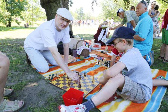 Profesor Czachorowski podczas otwarcia parku Centralnego - full image