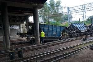 Wykolejony pociąg uderzył w filar wiaduktu tuż przed dworcem