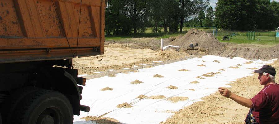 W Amelinie trwają prace przy podbudowie pod przyszłe boisko