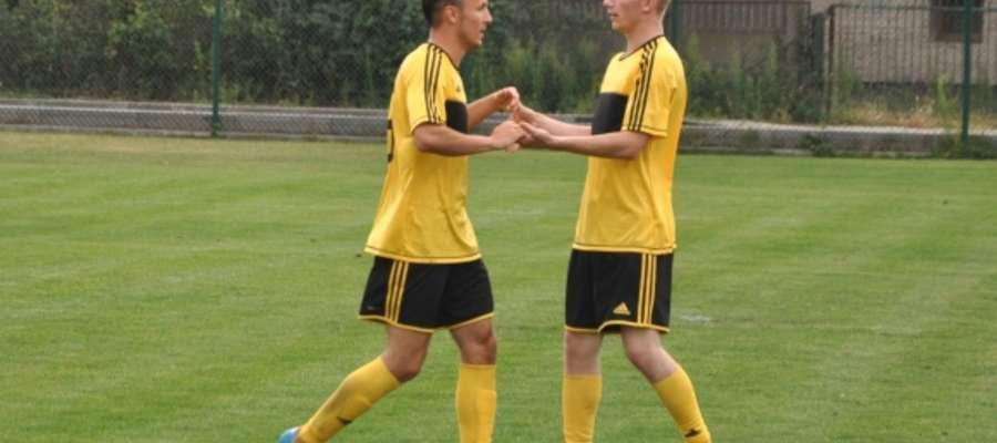 Kamil Majkowski (z lewej) już strzela w barwach nowego zespołu AUTOR BŁĘKITNI RACIĄŻ
