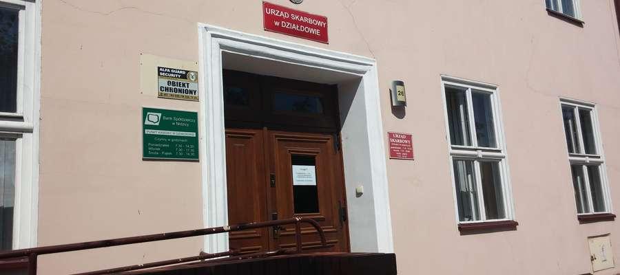 Na drzwiach budynków Urzędu Skarbowego w Działdowie jest przyczepiona kartką z informacja: Uwaga, w  godz. od 9.00 do 13.00 z przyczyn operacyjnych Urząd Skarbowy nieczynny