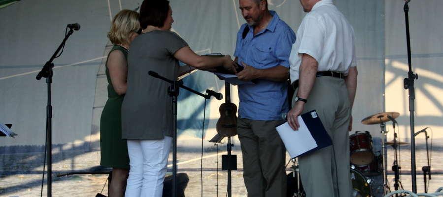 Jan Olchówka odbiera nagrodę za zajęcie pierwszego miejsca w konkursie